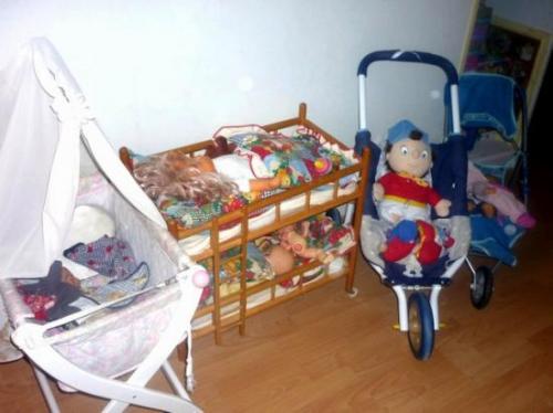 Poussettes, lits bébé mais il y en a d'autres dans le jardin...