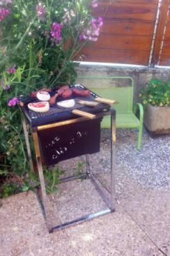 Barbecue sans feux avec saucisses, côtelettes..