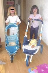 mini-les-filles-promenent-poussettes-bebes.jpg